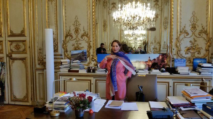 Ségolène Royal depuis son bureau du ministère de l'environnement à Paris