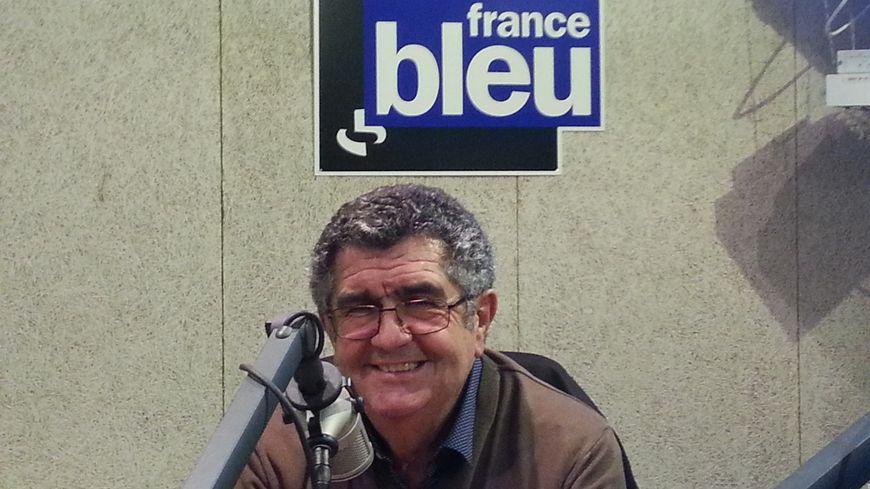 Roland Labarthe, vice-président du Stade Hendayais, souriant dans les locaux de France Bleu Pays Basque après son élection au comité directeur de la FFR