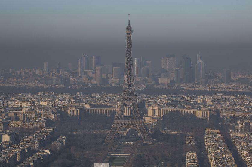 """La tour Eiffel dans le """"smog"""", à Paris, le 5 décembre 2016"""