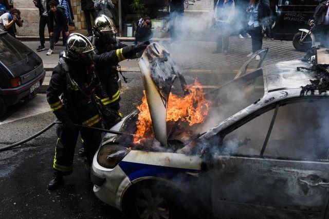 Un véhicule de police a été incendié en marge d'une manifestation, vers la Canal Saint Martin, Paris, 18 mai 2016.