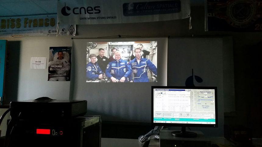 Répondre aux questions de certaines classes choisies en amont, cela fait partie des missions de l'astronaute