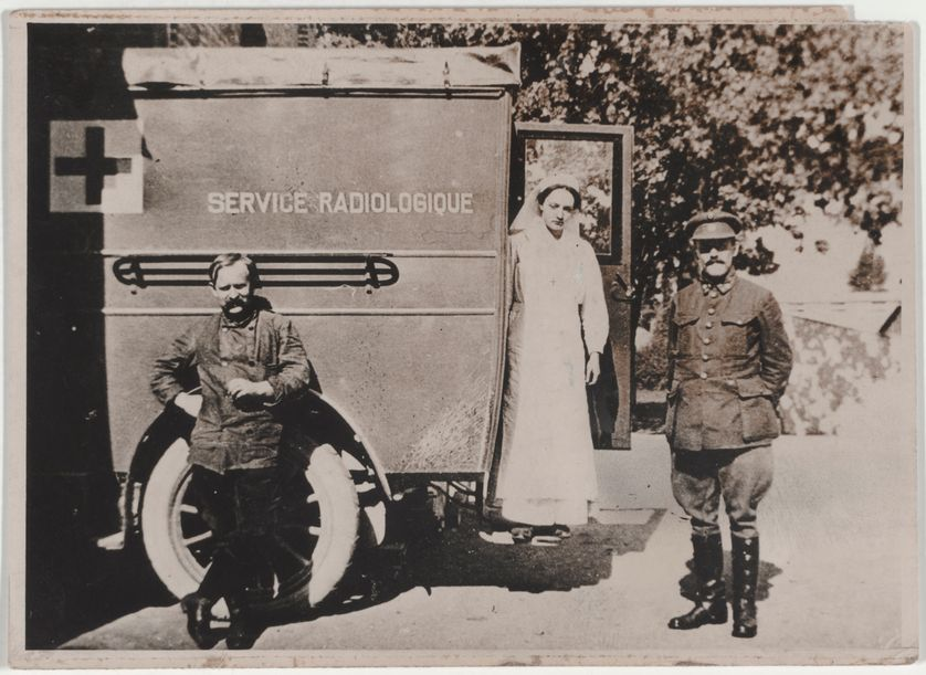 Irène Curie descendant d'une voiture du service radiologique en 1916.