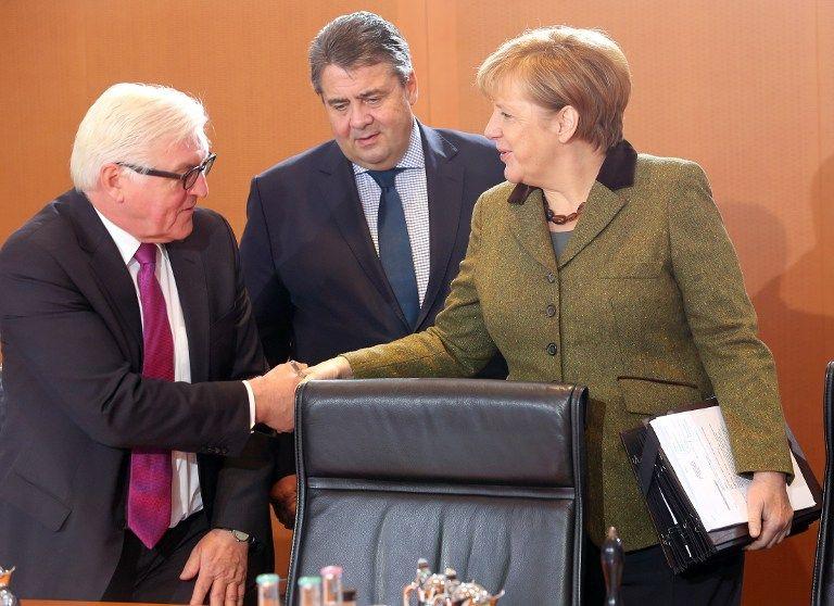 Les ministres socialistes Frank-Walter Steinmeier (SPD, l-r) et Sigmar Gabriel (SPD) , et leur chancellière chrétienne-démocrate Angela Merkel (CDU)