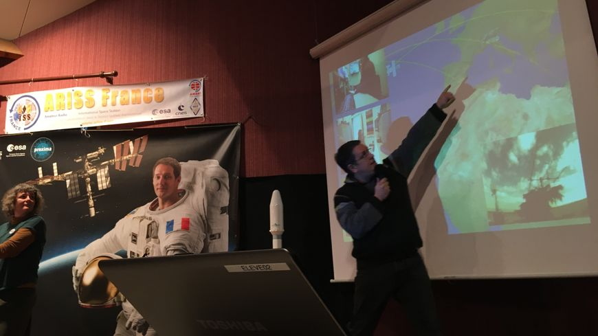 Sylvain, du club radio-amateur de la Haute-Vienne explique où se situe la station spatiale internationale.