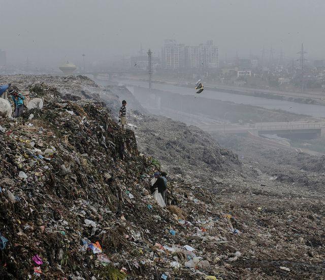 La montagne de déchets de la décharge de Ghazipur