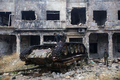 Les forces pro-gouvernement Assad devant la mosquée Umayyad