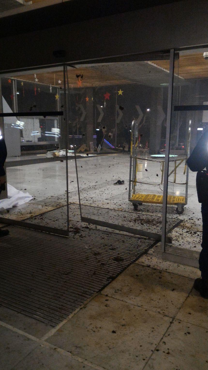 Une porte d'entrée de la mairie a été brisée
