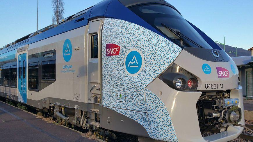 Le Régiolis arbore le logo de la nouvelle région : le Mont Blanc, un volcan et la Loire stylisés