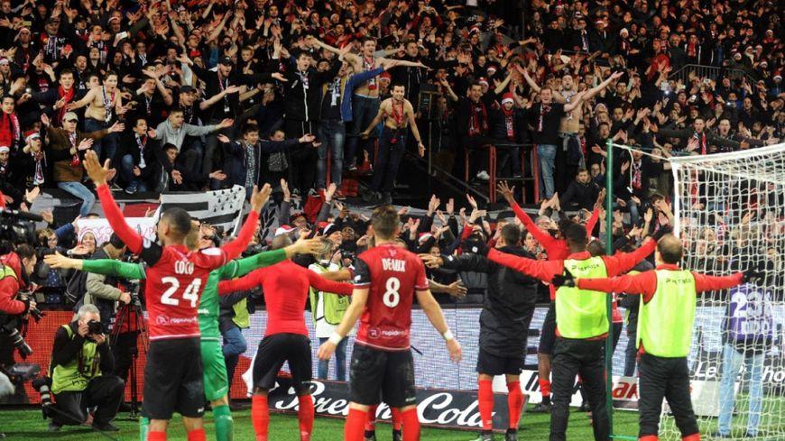 Le clapping des joueurs guingampais avec le public du Roudourou, après la victoire 2-1 contre le Paris Saint-Germain