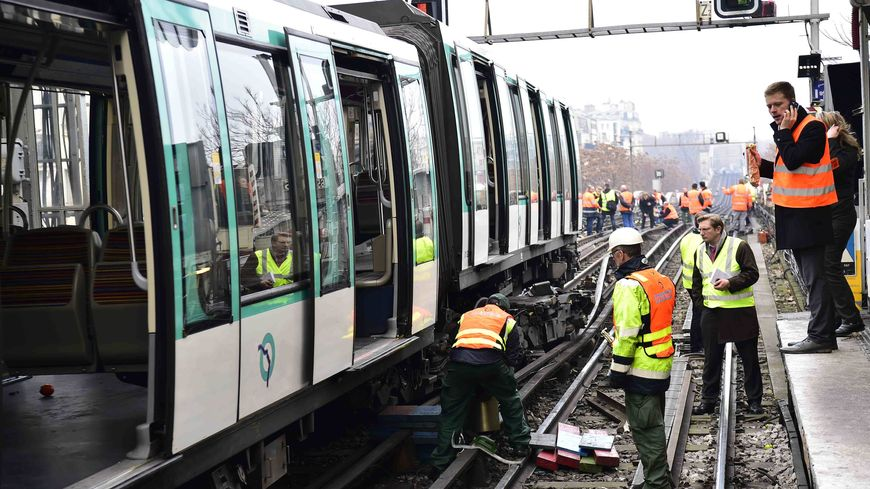 Intervention des équipes de la RATP à la station Barbès-Rochechouart