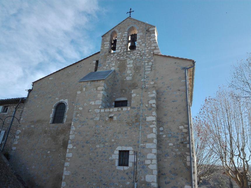 Le mur clocher et la nouvelle croix de l'église de Saint-Maurice-d'Ibie