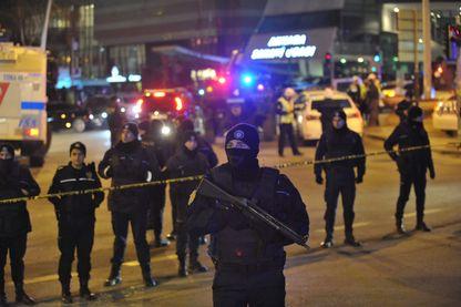 La police turque sécurise la zone où l'ambassadeur russe en Turquie, Andrey Karlov, a été assassiné, Ankara, Turquie.