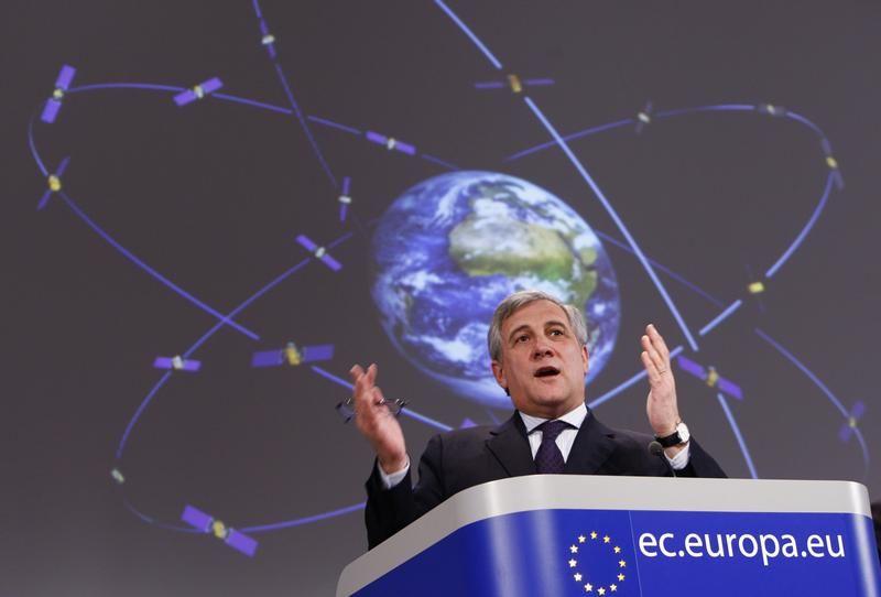 Le Commissaire européen aux transports Antonio Tajani en 2010, lors de la relance du projet Galileo. Les premiers satellites lancés en 2011 seront bientôt remplacés par une nouvelle génération.