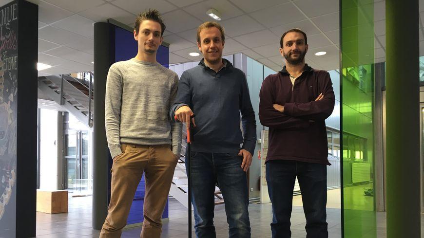 Vincent Gauchard, un des fondateurs de Nov'in avec la canne équipée de la techonologie d'alerte et entouré de deux ingénieurs recrutés cette année.