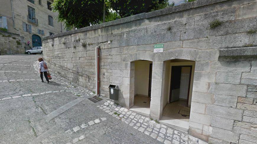 Les toilettes sont situées en contre-bas de la cathédrale Saint-Front