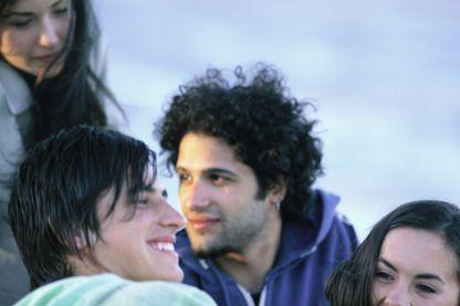 Selon une étude, les filles se sentent généralement moins bien que les garçons à l'adolescence.