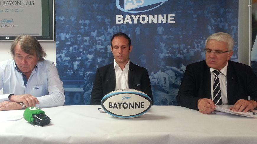 Francis Salagoïty (à gauche) aux côtés du directeur sportif Nicolas Morlaes (au centre) et de Christian Devèze, président du directoire, lors de la présentation du projet 2016-17 de l'Aviron Bayonnais