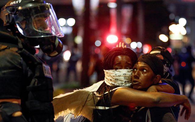 Les manifestants rassemblés suite au décès de Keith Lamont Scott, près du lieu où il a été abattu. Sur les pancartes, on lit : «les vies des Noirs comptent», Charlotte, Caroline du Nord, le 20/09/2016