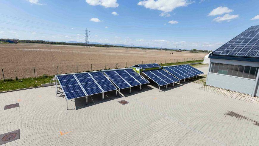 La centrale solaire mobile déployée et prête à l'emploi