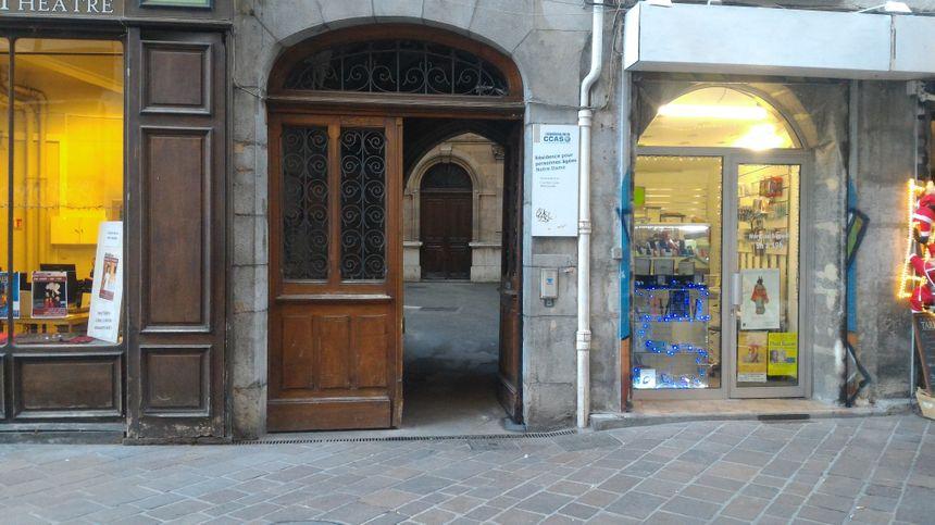 L'entrée, rue Pierre Duclot, est à deux pas des commerces : pratique pour les personnes âgées.