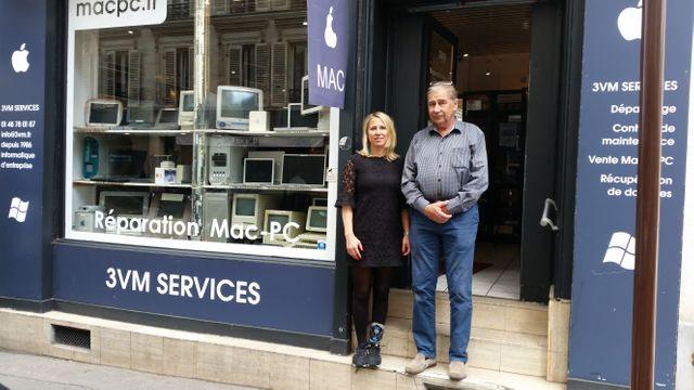 Martin Tyminski et sa fille Kalina devant la vitrine de leur société de maintenance bureautique et informatique