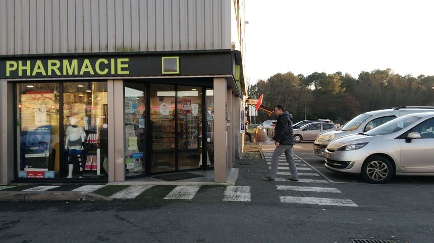 La pharmacie et le bureau de tabac de la zone industrielle de Lagrave, qui borde Martillac.