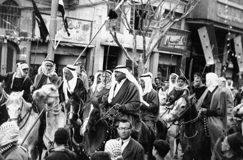 Légende : 17 avril 1950 : des notables syriens défilent dans le centre de Damas pour fêter l'anniversaire de l'indépendance qui avait libéré le pays des Français, occupant et administrant la région sous un mandat de la Société des Nations