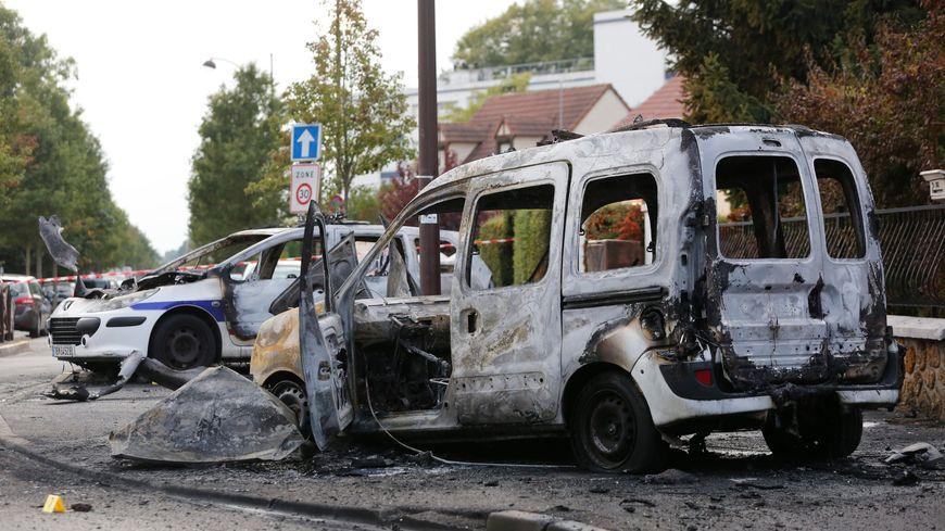 Photo prise le 8 octobre 2016 de la voiture de police incendiée à Viry-Châtillon (Essonne).