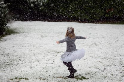 Petite fille qui danse dans la neige