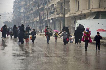 Syriens quittant le quartier est d'Alep le 13 décembre 2016