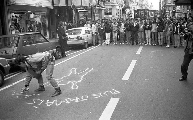 A Lyon, le 10 février 1986, des jeunes organisent une manifestation en hommage à Malik Oussekine.