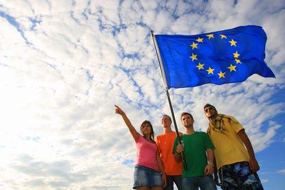Etudiants autour du drapeau européen