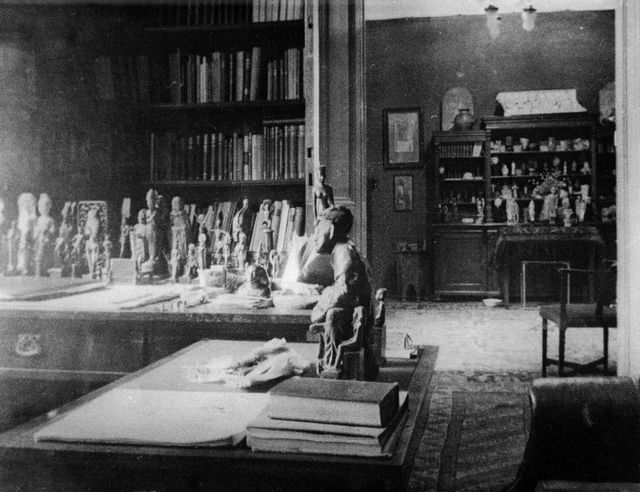 Cabinet de Freud à Vienne, décoré de statuettes