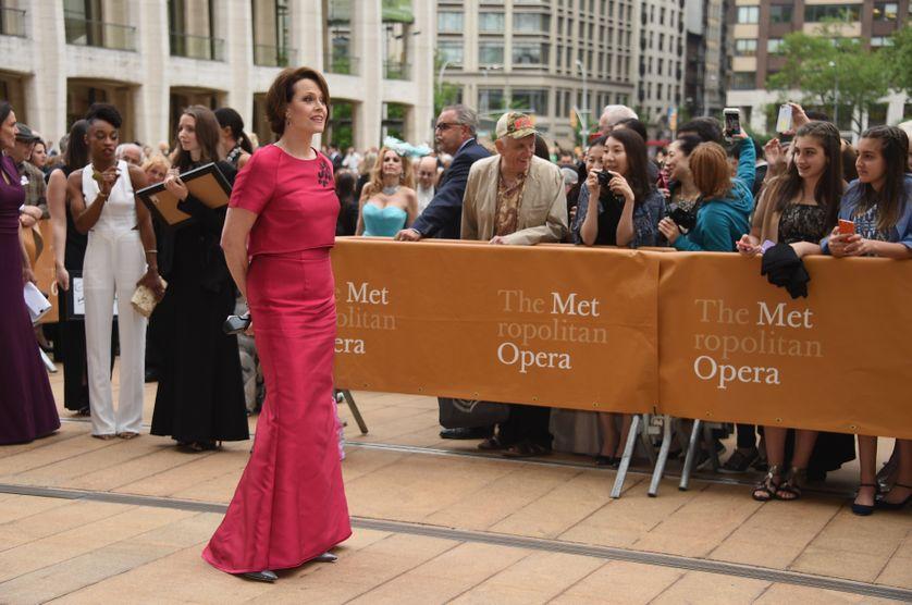 Sigourney Weather devant le Metropolitan Opera en mai 2016