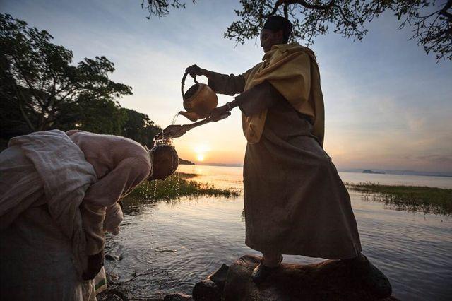 - Ethiopie - Sur les berges du lac Tana, lors de Timqet les croyants se font asperger d'eau par un prêtre du monastère