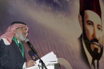 Un membre des frères musulmans devant le portrait de Hassan el-Banna, fondateur du mouvment des frères musulmans.