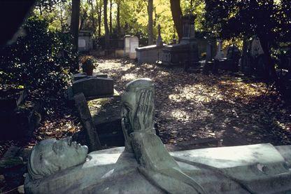 Jim Morrison, Oscar Wilde, Molière, Alfred de Musset, Pierre Desproges... De nombreuses personnes célèbres sont enterrées au cimetière du Père Lachaise