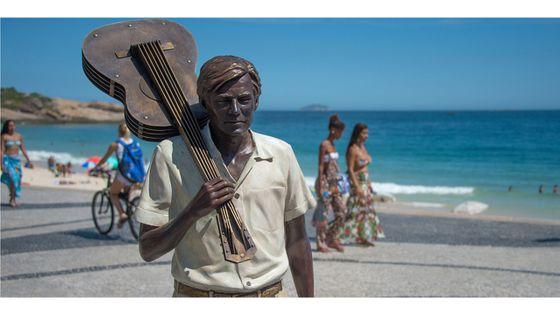 20e anniversaire de la mort de Tom Jobim : hommage avec une scultpture du musicien sur la plage d'Ipanema