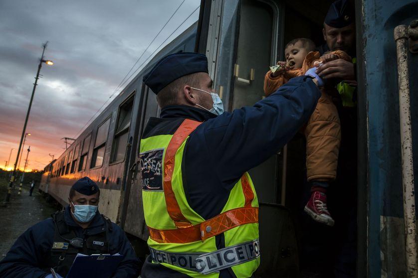 Un policier hongrois expulse migrants et réfugiés à la frontière croate, octobre 2015