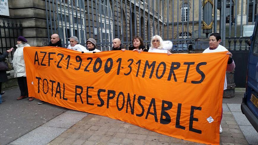 Les victimes d'AZF ont voulu marquer les esprits à Toulouse et à Paris au même moment