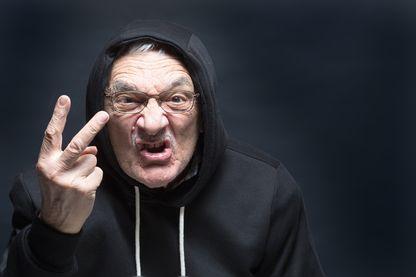 Homme agressif faisant un signe insultant
