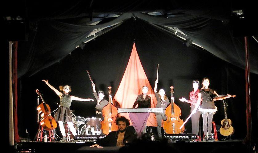 """France Culture, 16 décembre 2016, Théâtre Le-Monfort, fin du spectacle cabaret """"Terabak de Kyiv""""... Avec Les Dakh Daughters & Yann Frish, artiste magie"""