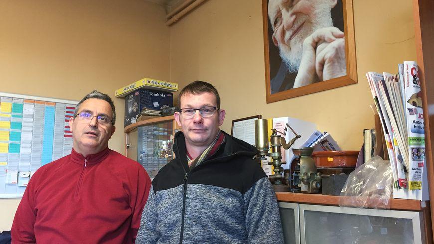 Les responsables de la communauté Emmaüs de Dordogne sous le regard de l'Abbé Pierre