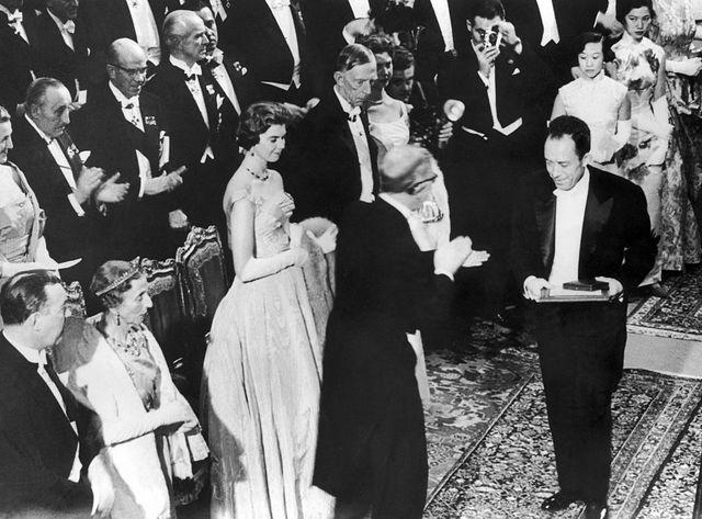 Albert Camus recevant le Prix Nobel de Littérature