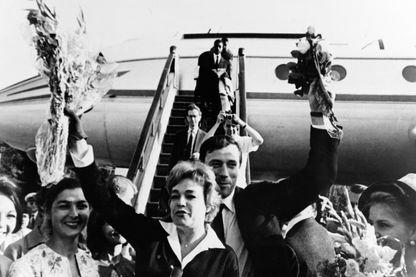 Simone Signoret et Yves Montand arrivent à l'aéroport de Moscou le  le 18 juillet 1963