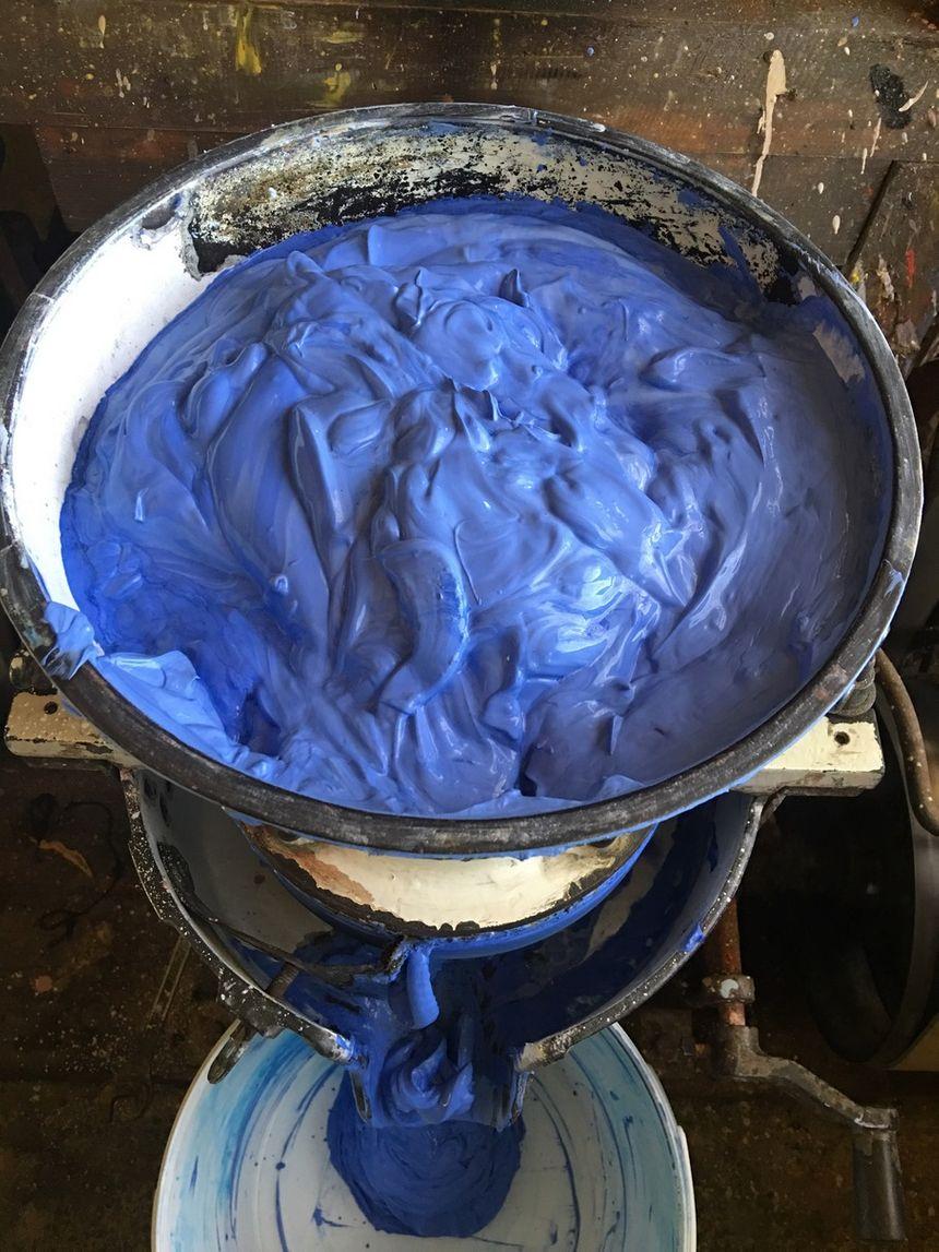 Le Broyage : La technique de la fabrication du pastel née au XVIe siècle relève d'une extrême précision alliée à la lenteur de l'exécution. - Aucun(e)