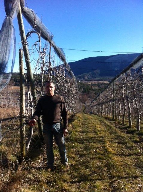 Serge Martin dans sa pommeraie. Avec Marie Line, ils élèvent et transforment pommes et poires: jus, confiture, purée...