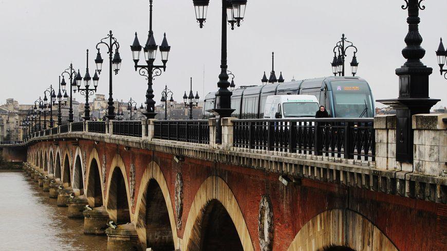 Le pont de pierre à Bordeaux sera totalement fermé aux voitures cet été.