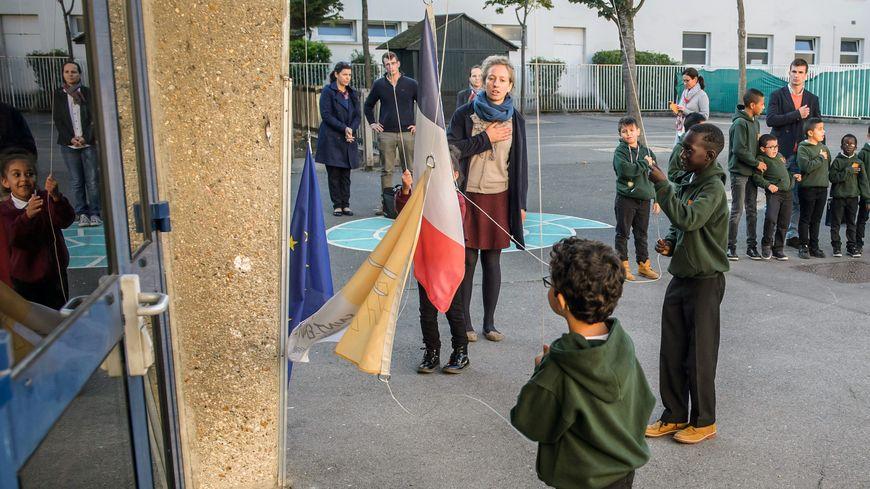 """L'école """"Espérance Banlieues"""" à Asnières. Uniforme et levé des couleurs tous les matins"""