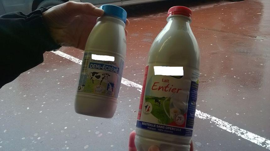Plus brillante, plus légère et sans opercule, la nouvelle bouteille de lait (à droite) est composée de polytéréphtalate d'éthylène (PET) opaque, plus économique mais non-recyclable.